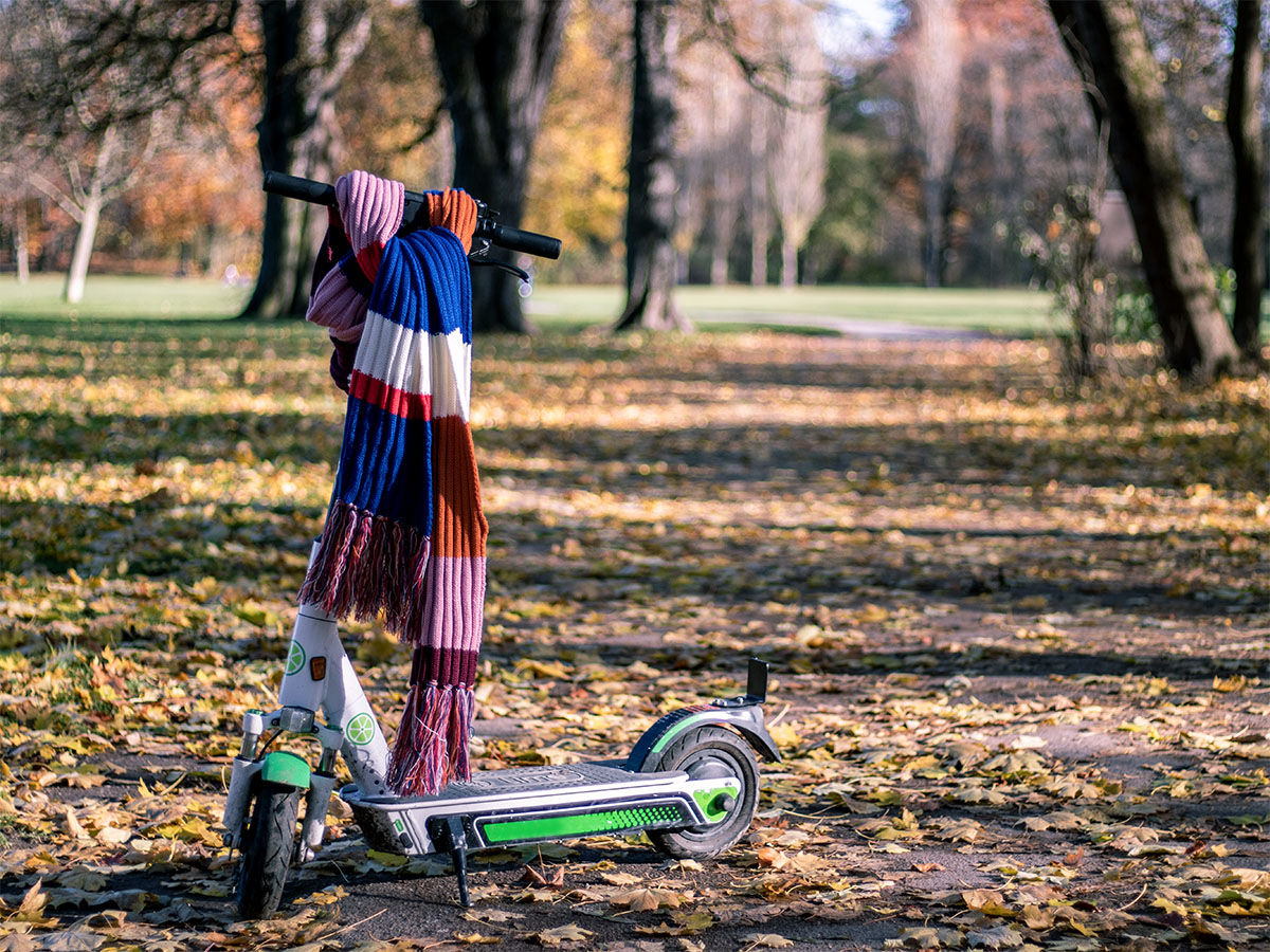 E-Scooter mit Schal um Lenker im Park