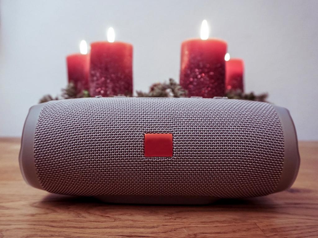 Idee für Weihnachtsgeschenke: Musikbox mit Adventskranz im Hintergrund