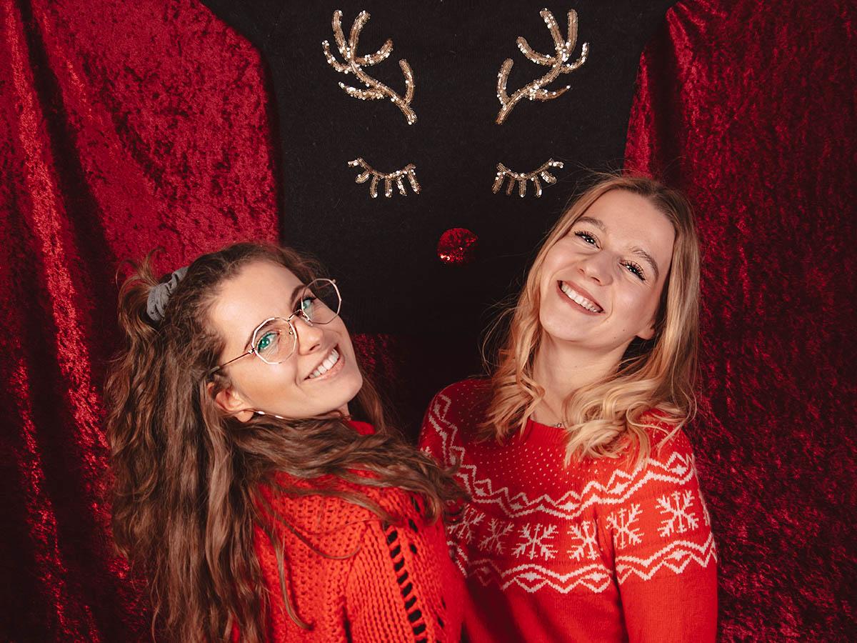 Merry Christmas: Zwei Teammitglieder vor Geweih.