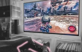 ände mit Controller vor Bildschirm mit E-Sports Autospiel