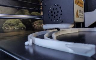 Fertigungsprozess eines Rahmens durch 3D-Druckerkopf.