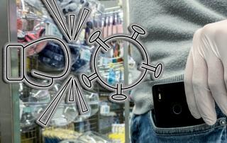 Person mit Einweghandschuhen greift im Supermarkt nach Smartphone. Daneben eine Illustration, bei der Virus durch Boxhandschuh bekämpft wird.