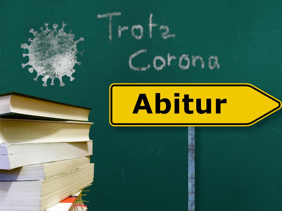 """Botschaft auf der Schultafel und Umleitungsschild """"Trotz Corona Abitur"""""""