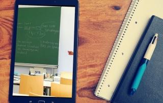 Mit dem Tablet Online-Bildung in Zeiten der Isolation