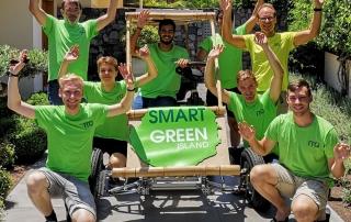 Jubelnde Teilnehmer des 5. Smart Green Island Makeathon und Herr Stetter um Solar Car.