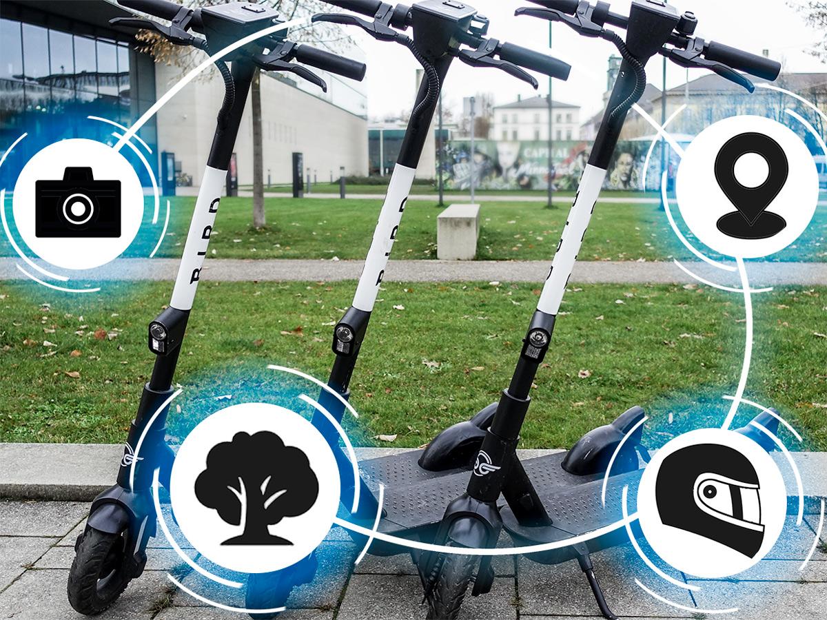 Drei E-Roller stehen nebeneinander und sind von Icons umgeben, die neue Funktionen darstellen.