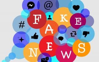 """Sprechblase mit Symbolen aus Sozialen Medien und den Buchstaben zu """"Fake News"""""""