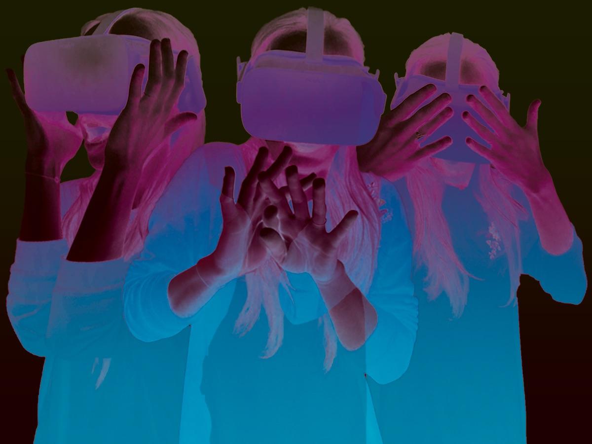 Patientin wird mit Hilfe einer VR Brille behandelt. Sie hat dabei unterschiedliche Emotionen und nimmt verschiedene Körperhaltungen ein.